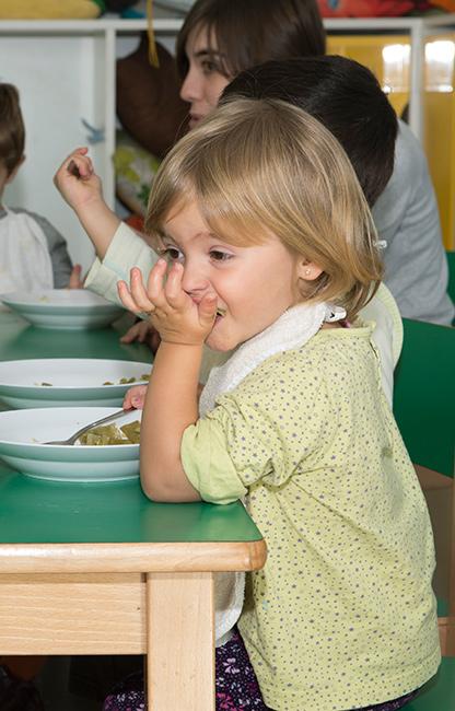 Escuela-Infantil-de-Oteiza-Hora-de-la-comida-vertical