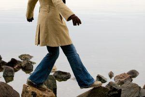 mujer-caminando-sobre-piedras-h