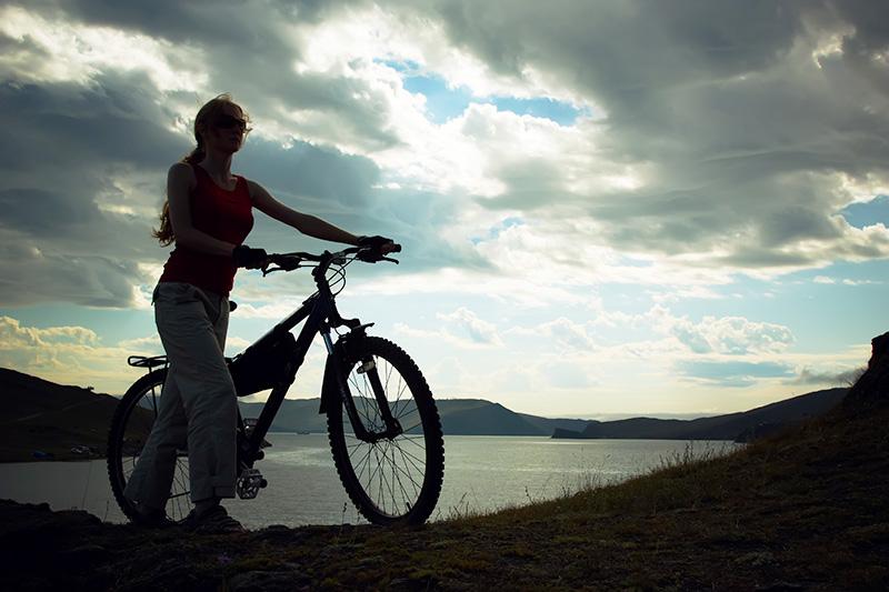 mujer-con-bicicleta