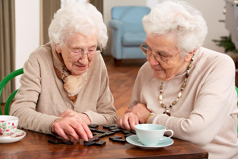mujeres-jugando-al-domino