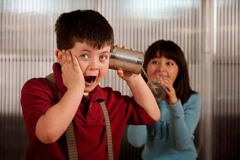madre-e-hijo-hablando-con-latas