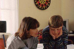 madre-escuchando-a-su-hijo