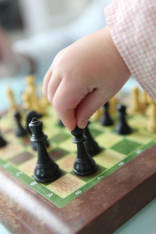 ninos-jugando-ajedrez-01