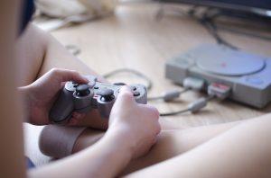 niño mando videojuegos