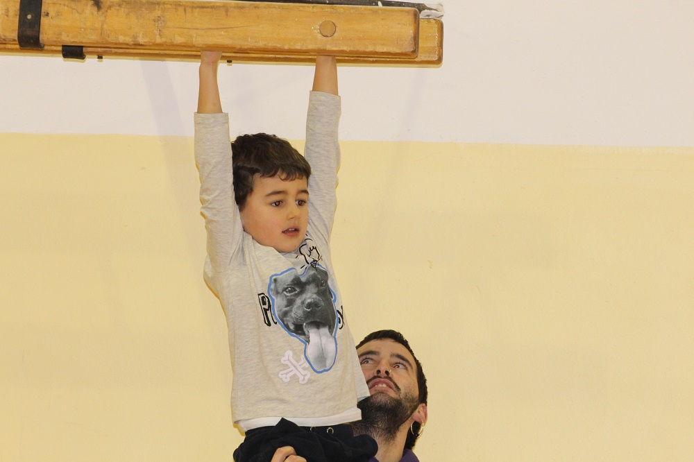 monitor ayudando niño
