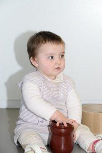 niña sentada