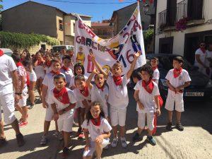 niños con pancarta fiestas