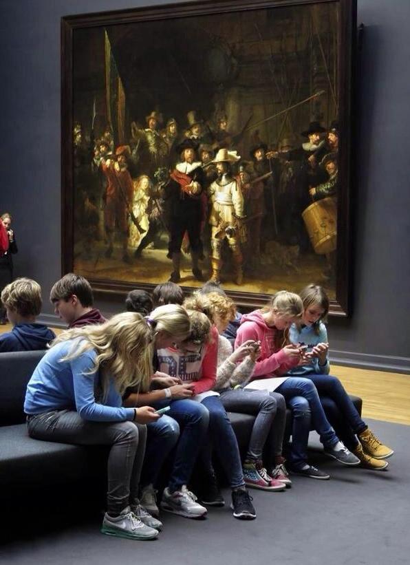 ninos_ignorando_museo