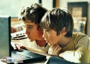 CP-niños-miran-pantalla